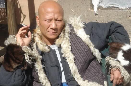 天生长着一张恶人脸的他出演了很多经典的角色,其中在电影《少林寺》图片