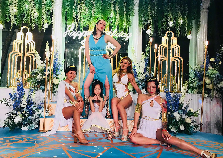 张伦硕生日,钟丽缇举办希腊斯巴达主题派对,靠青色长裙抢占c位