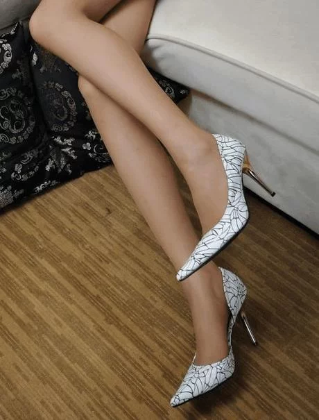 高跟鞋让你的纤细美腿,蕴含迷人魅力,创造完美的女神图片