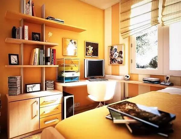 时尚 正文  空间比较饱满,有书桌,沙发和储物柜,还有红色花朵抱枕.图片