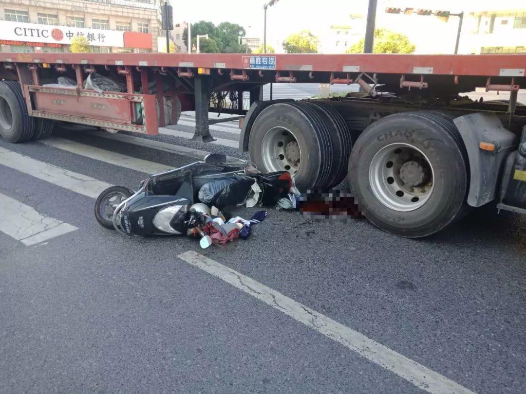 昨天早上6点左右,网友爆料:瓜沥明日宾馆附近发生一起严重车祸,一辆大