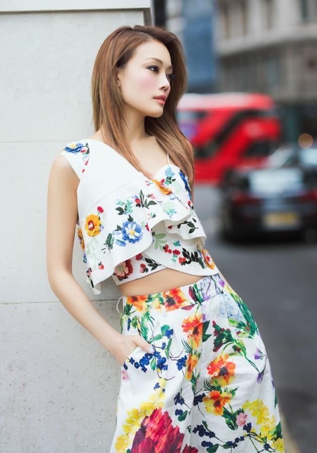 """容祖儿太会撩了,白色印花套装既减龄又显高,这""""花姑娘图片"""