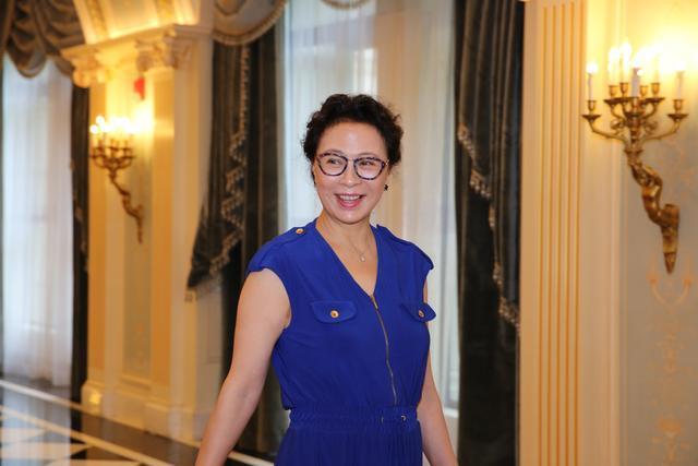 国家级演员刘佳58岁近照,丈夫身份背景曝光,果然一家人进一家门图片