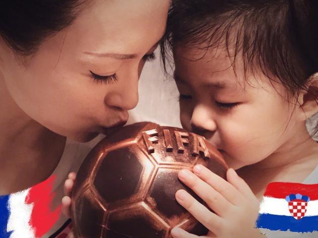 章子怡与女儿秀幸福 母女同吻足球画面超温馨