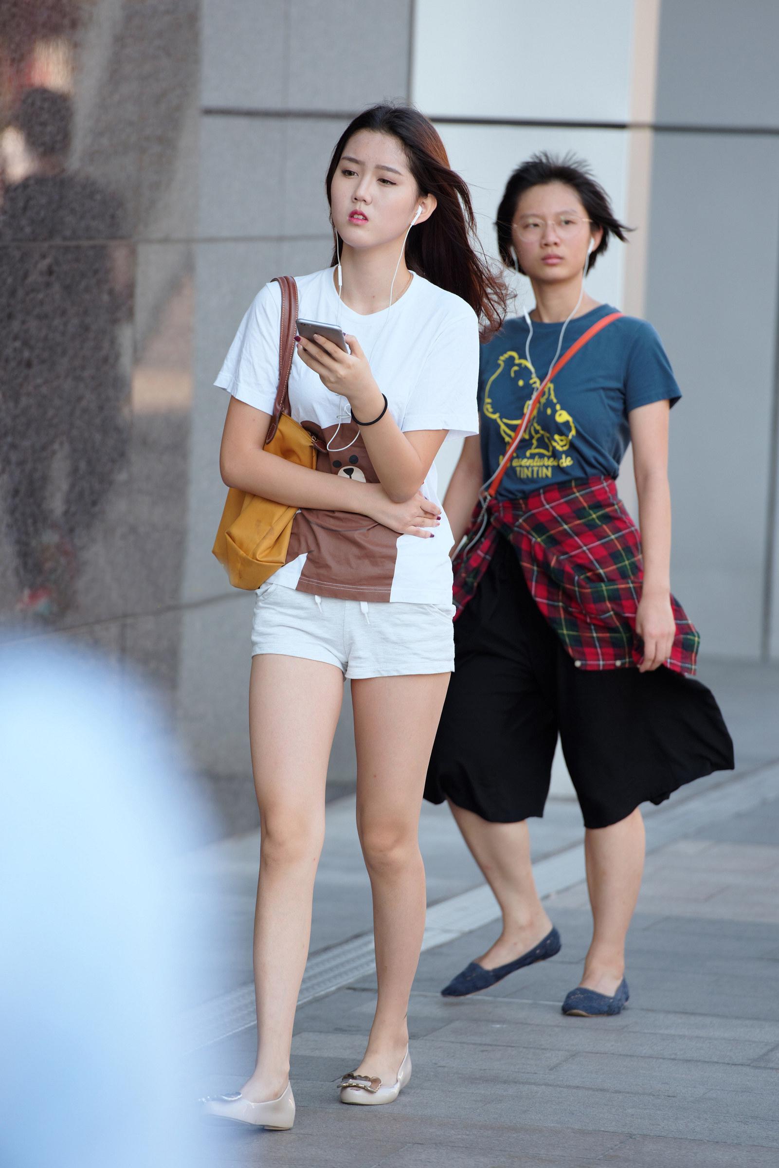 街拍:白色系女生由于表情惹人怜,身材抢镜众人羡