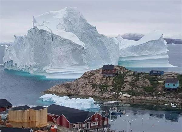 被冰山步步緊逼會是什么感覺?丹麥巨型冰山逼近村莊