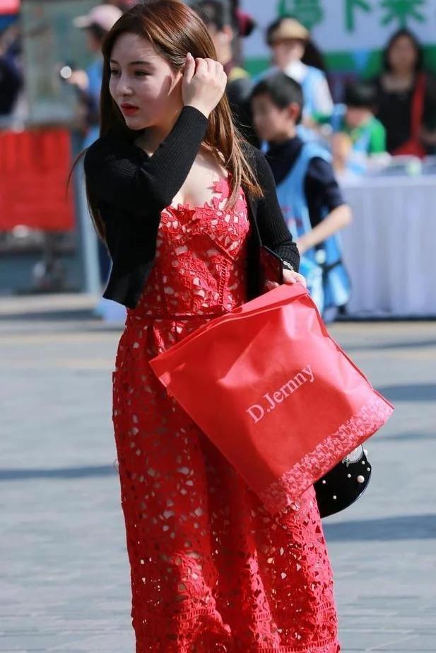 一身有窟窿的低胸红裙美女!