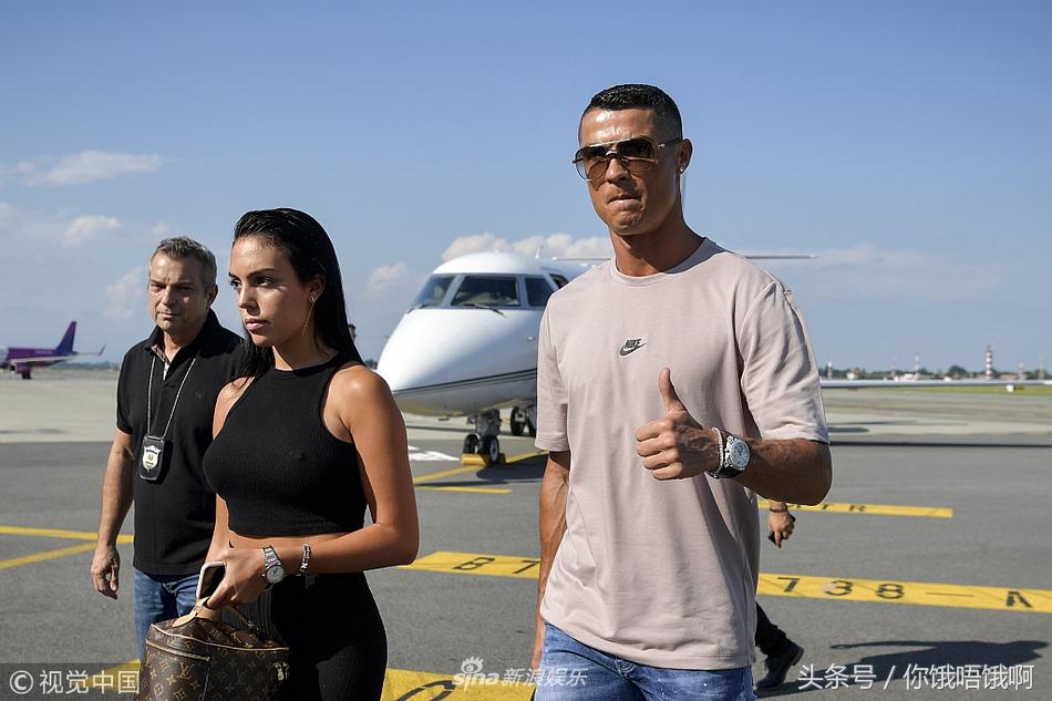 C罗带着未婚妻、妈妈、迷你罗到达意大利 为意甲联赛做准备