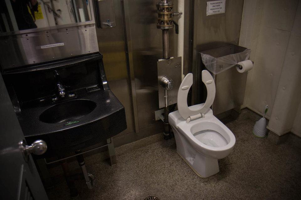 卫生间没有小便池,住舱不分男女,美福特号航母这样设计有毛病吗