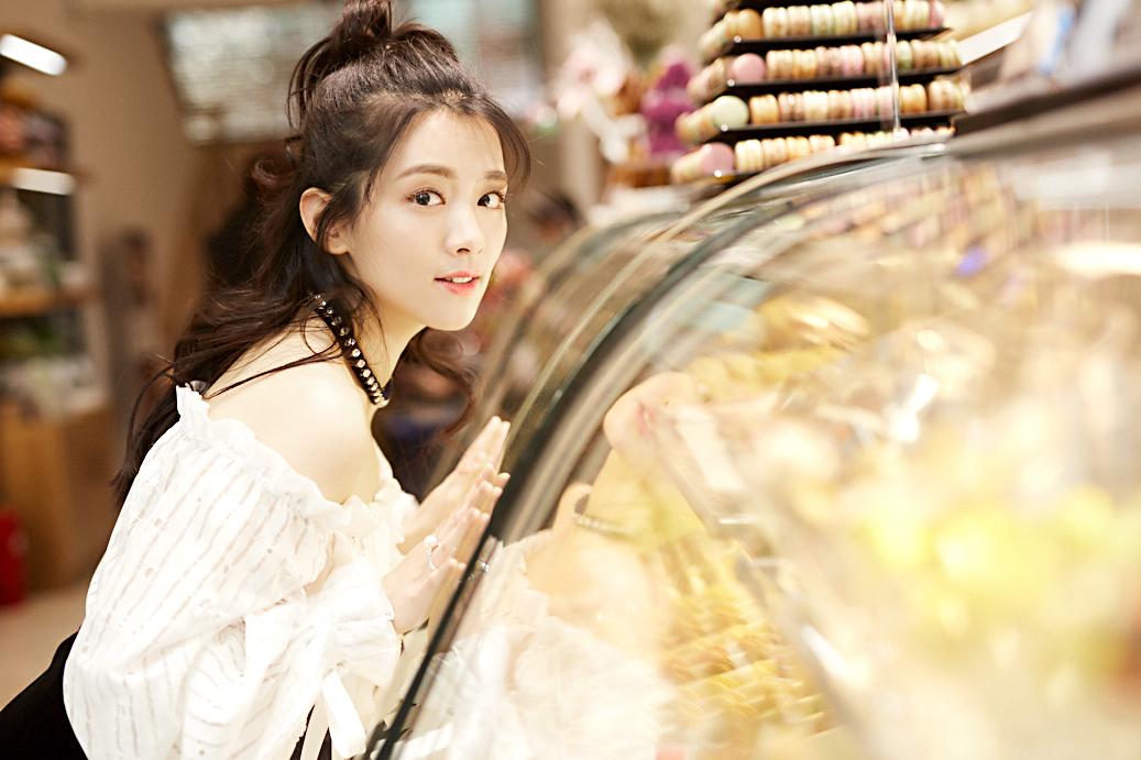热血少女陈昊宇曝光街拍写真 俏皮卷发甜美可人