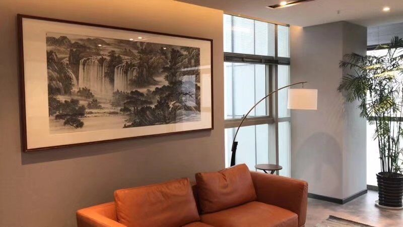 家中客厅挂什么字画好?依山傍水而居,更有情调!