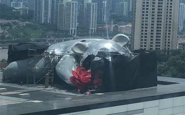 """重庆IFS楼上趴着一只""""熊猫"""""""
