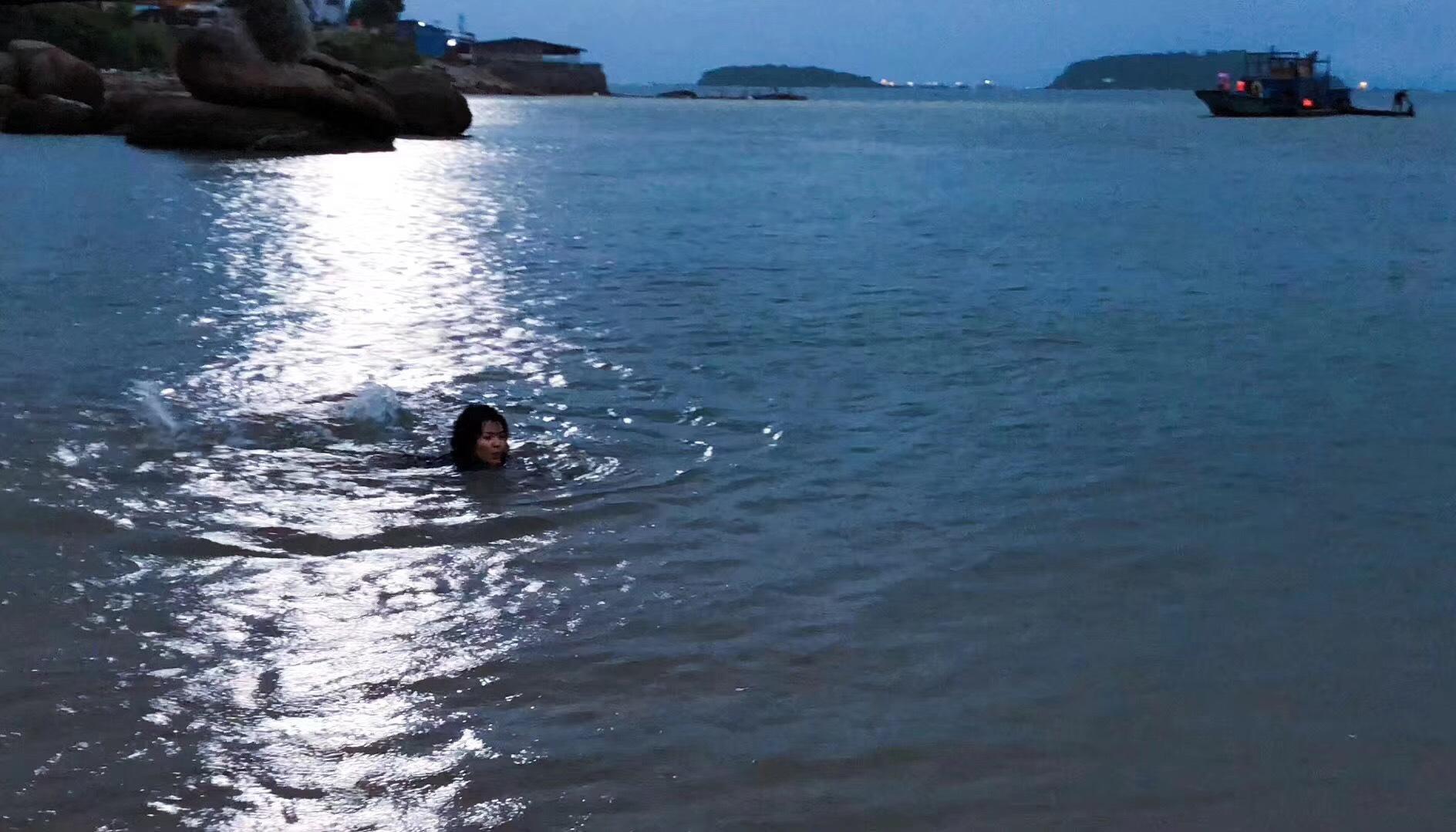 刘涛海浪里拍水下戏 全程护着小演员被赞暖心