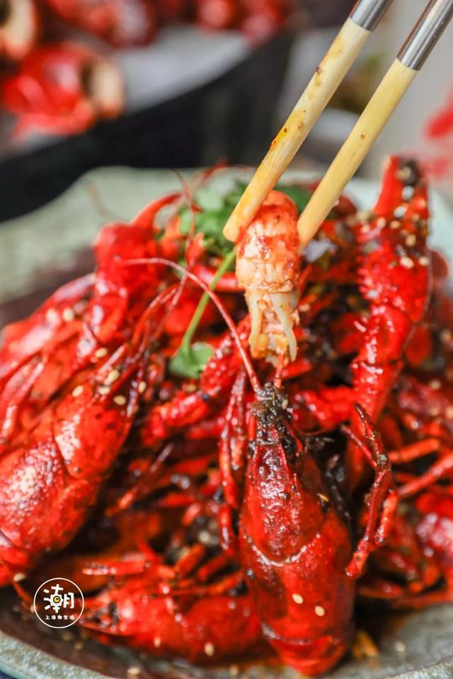 好看又好次,大大根本忍不住了 油焖大虾其实是有吃法的讲究的 先吮吸