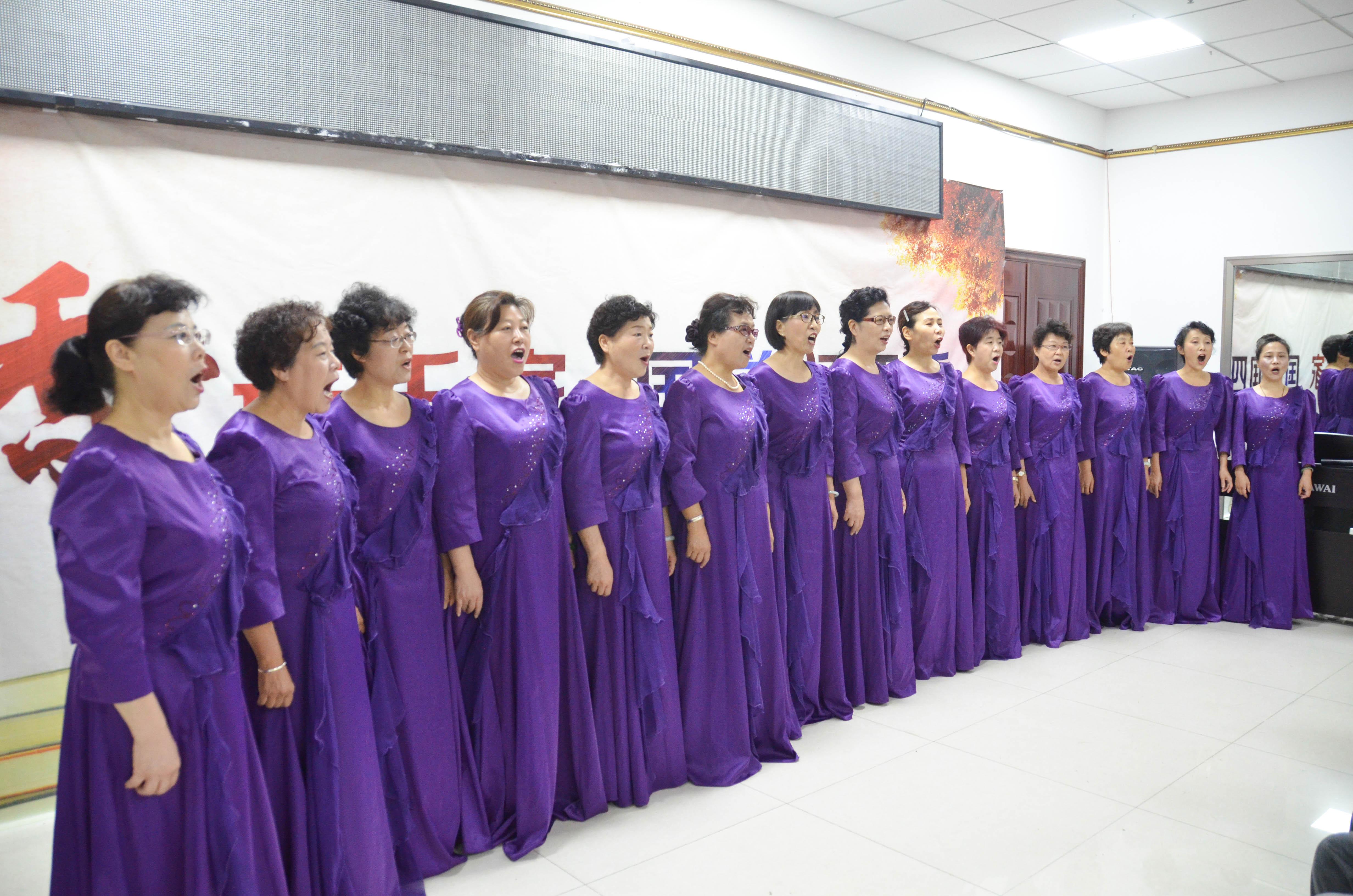 西黄新村西里社区合唱队为大家演唱了《送别》《茉莉花》两首经典曲目图片