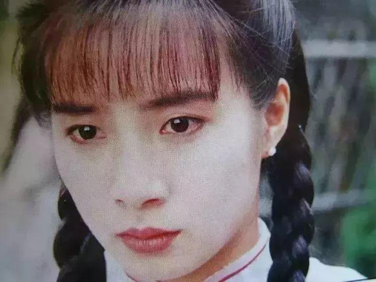 提起岳翎这个名字,或许你会陌生,但是只要看到她的长相,你绝对会很熟图片