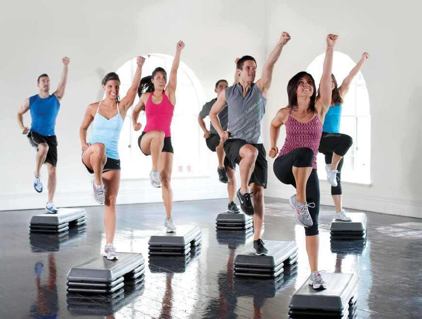 下蹲:能明显改善梨形身材,MM们可以边看电视边进行运动。针对不同瘦腿部位可以采取基本的站立、脚尖略微向内站立、向外站立的姿势,对缩紧腿部外侧肌肉、内侧肌肉有显著效果! 腰部运动:想变小腰精的MM可在睡前仰卧,两腿弯曲两臂放于体侧,头及上身慢慢向上抬起,停留1分钟左右头再落下,反复进行直到肌肉感到酸沉为止。持之以恒可令腰部颈部线条变得优美。