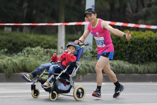 """快递员父亲推着儿子跑完33场马拉松,他是真正的""""星爸爸"""""""