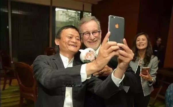 手机也是一个人财富和身份的象征 用苹果手机的一定是有钱人吗