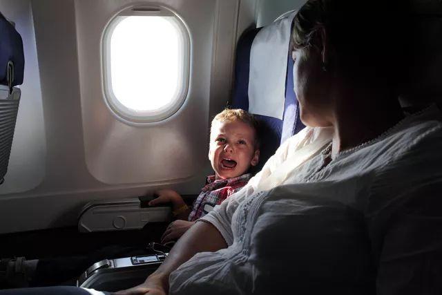 空乘脱鞋_坐飞机最招人讨厌的行为,踢椅子,熊孩子,脱鞋异味,你最 ...