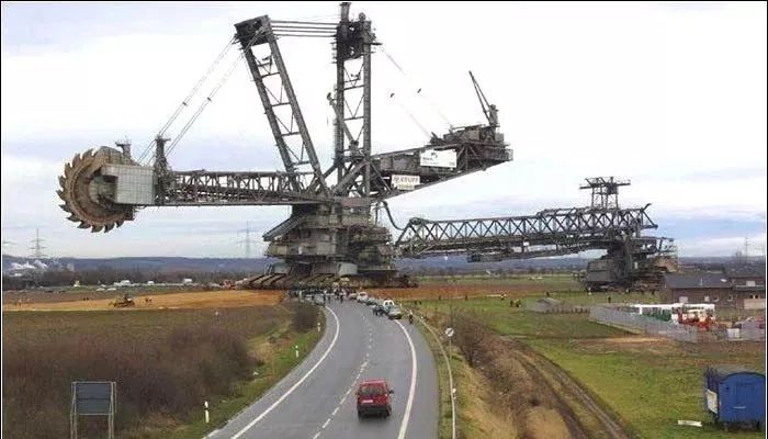 全世界最大的挖掘机,汽车在它面前就像一个小玩具!