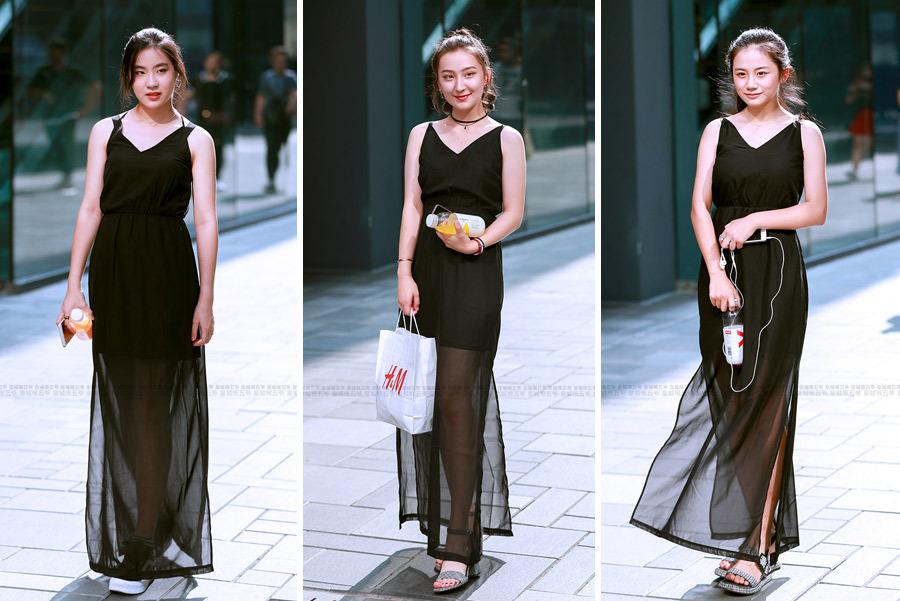 街拍:炎热的夏天很多时髦女孩都喜欢穿黑色的裙子