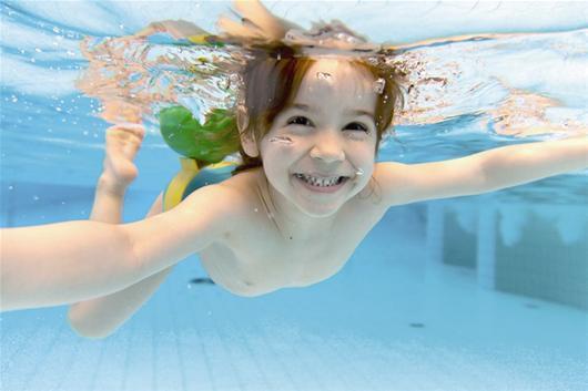 孩子游泳染眼疾,全家6口全中招