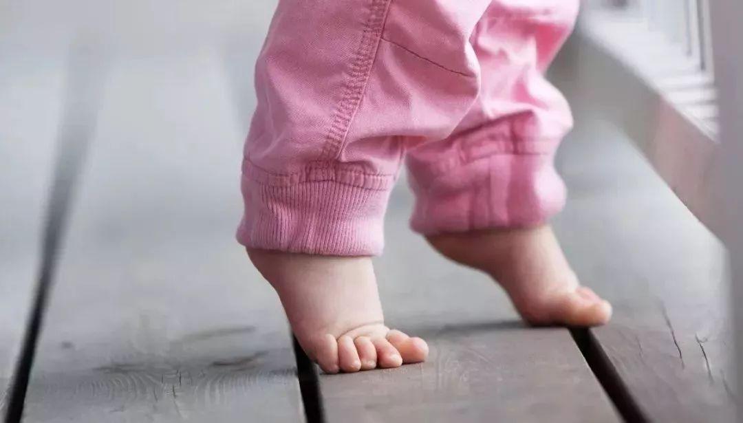 宝宝光脚_老人不让宝宝光脚说会受凉,其实夏季光脚好处还真不少!