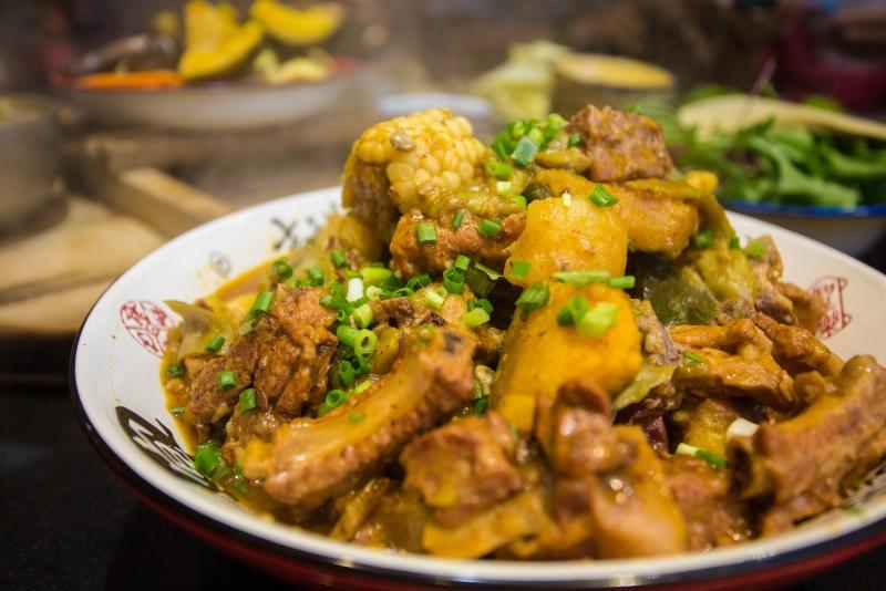 去东北一定不能错过铁锅炖鱼:一口大碴子味享用了人间美食