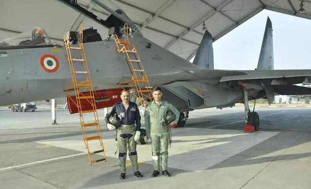 印度新战机出厂试飞要买保险?结果一起飞就摔掉了,坑死保险公司