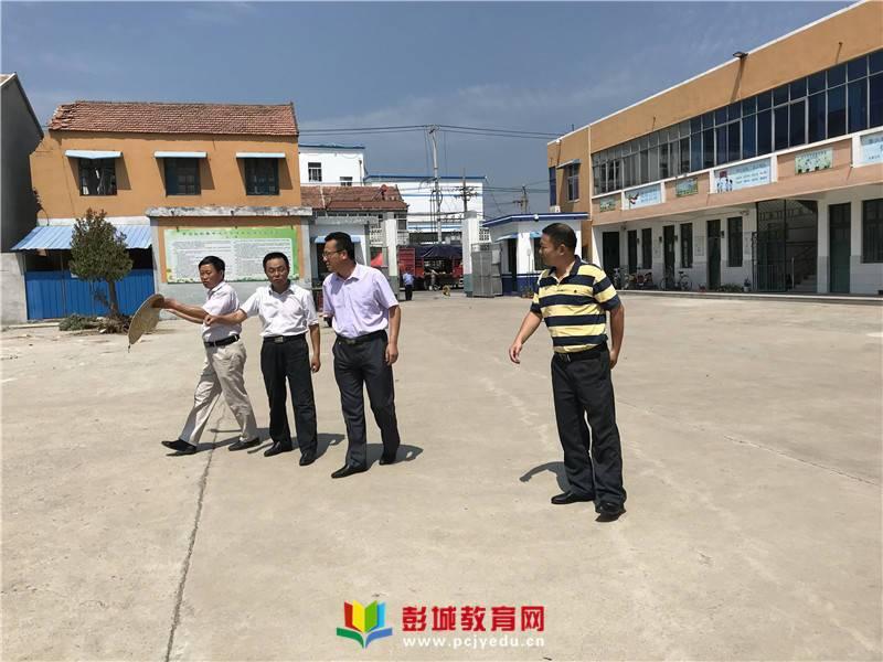 参观完校园后,周局长听取教育中心校郑春礼校长介绍学校情况.
