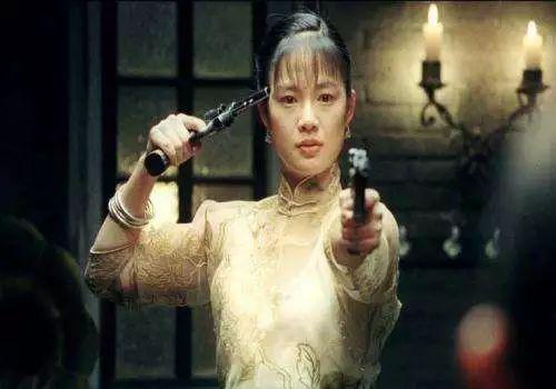 《让子弹飞》里的周韵是一个名满鹅城的花姐,而且一支枪指着自己,一支