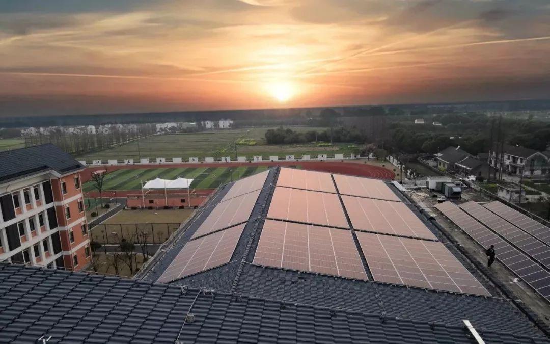 正文  7月12日,由远景阿波罗光伏投资,设计,建设,运营的新浜学校屋顶图片