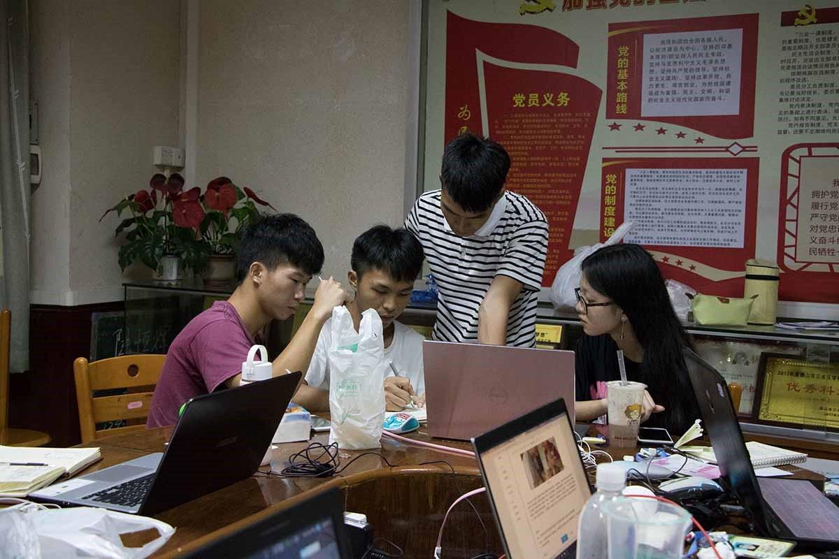 """岭南师范学院""""万花筒""""社会实践队准备团体活动"""