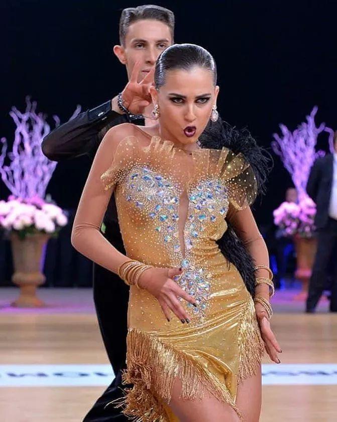 舞池中有多夸张的表情就有多酷的舞蹈!