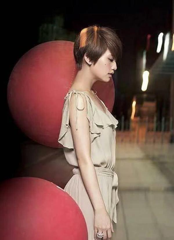 35岁杨丞琳在台上放飞自我了, 一个动作让李玟尴尬不已图片