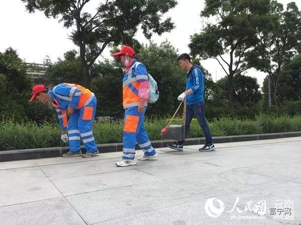 高考结束后暑假怎么过? 云南小伙帮环卫工父母扫马路