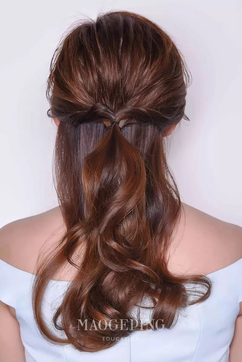 step2:将刘海两侧的头发分别扭转后在皮筋扎口位置合并,再用皮筋加以图片