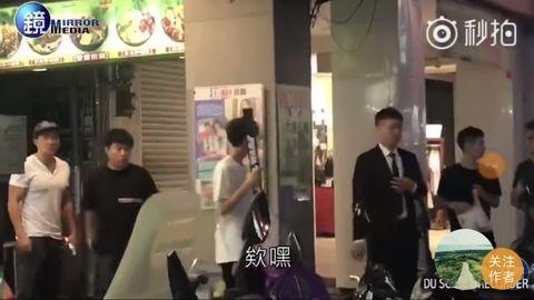 王俊凯台湾街头吃夜市 手拿星球大战光剑