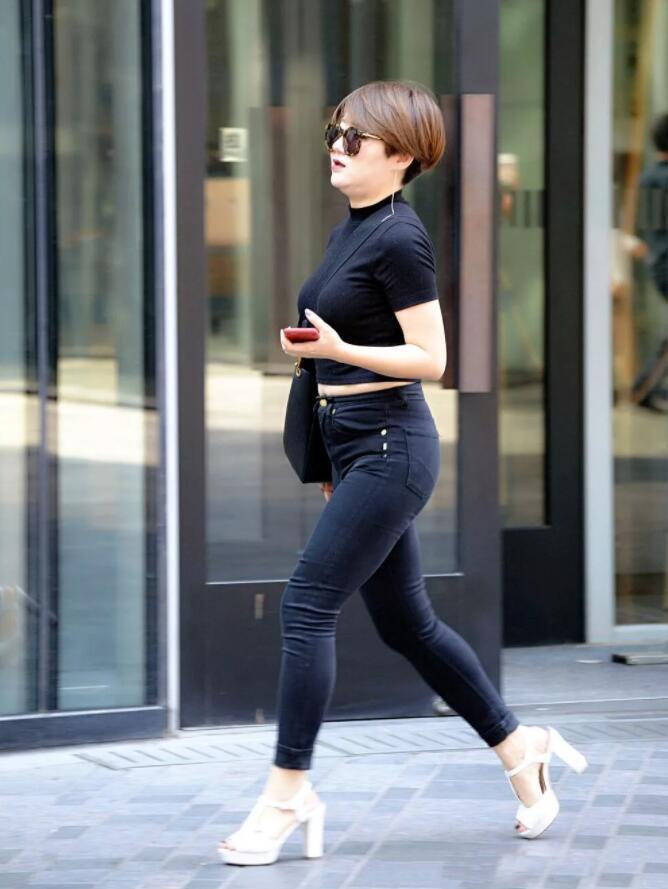黑色紧身牛仔裤与白色高跟鞋相搭配,丰盈的身段尤为明显!