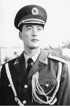 """曾被當年香港媒體譽為""""超級美男子""""的升旗手就是他.圖片"""