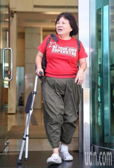 """台湾""""咬警""""女议员一炮而红 但岛内舆论一波三折"""