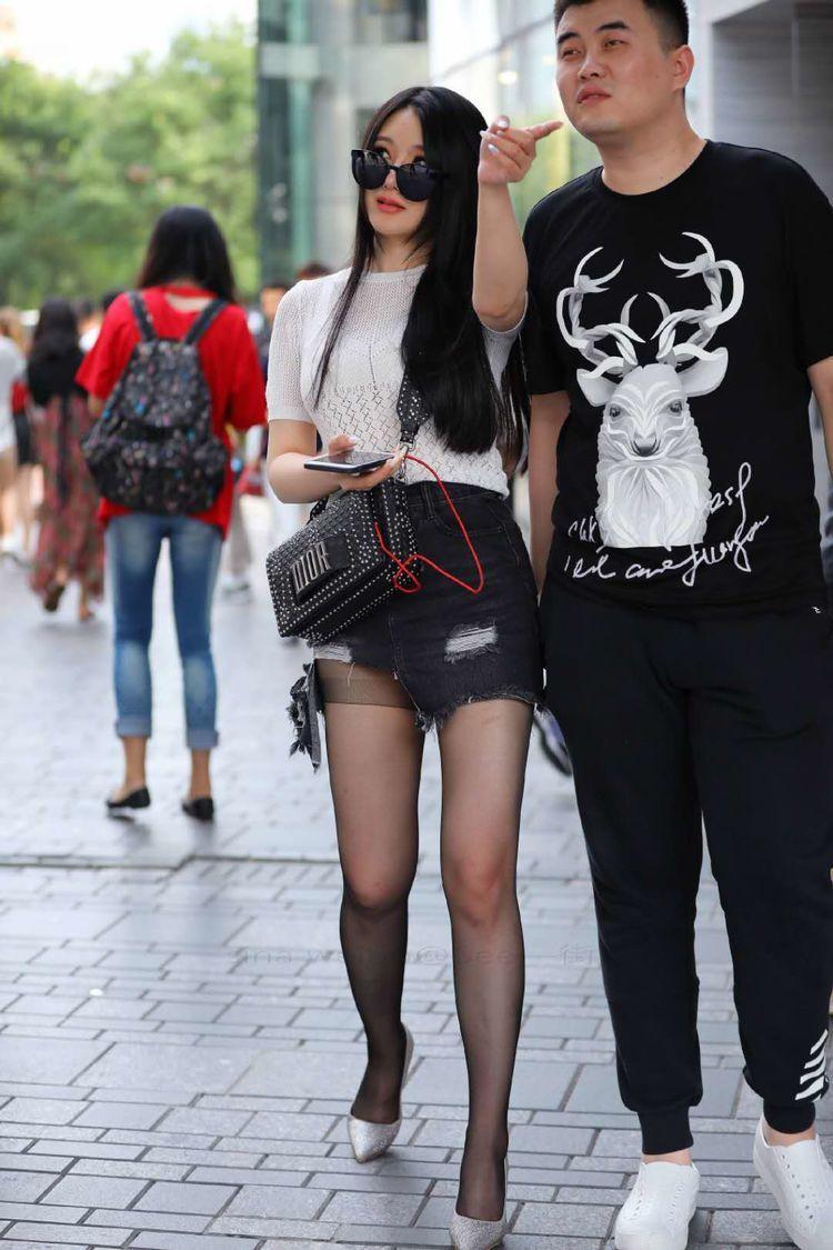 丝袜萝莉做爱_萝莉姐姐短裤配高跟鞋丝袜, 和男友当街秀恩爱