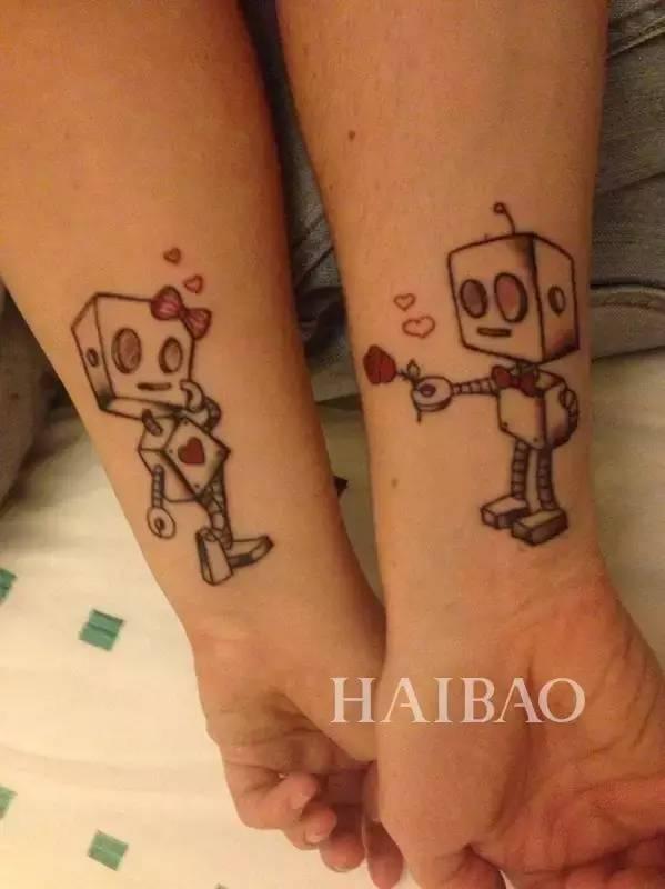 现在则用情侣纹身啦!如果你们意见相同,不妨纹一个一样的图案.