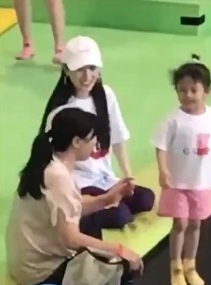 [原创]网友偶遇李小璐带甜馨玩蹦床 运动装扮笑容满面(图)