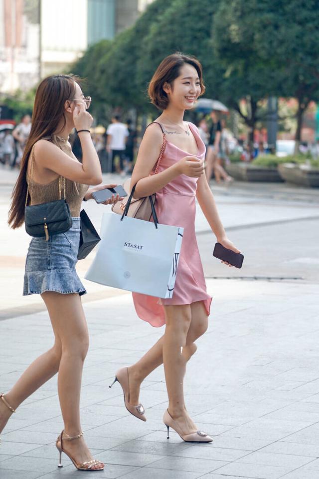 [原创]街拍:高跟鞋加短裙,美女一双纤细的大长腿看呆路人(图)