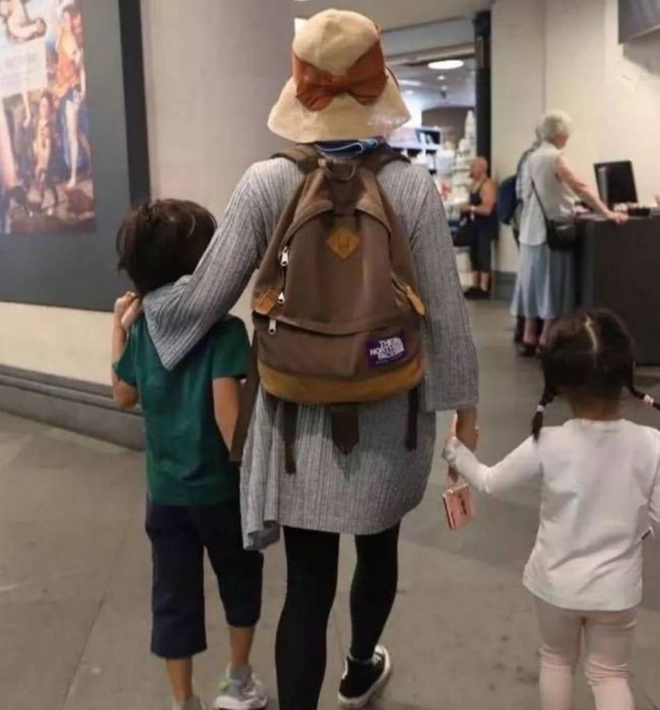[原创]孙俪带娃游伦敦被偶遇 左右各牵一个展超人妈妈力(图)