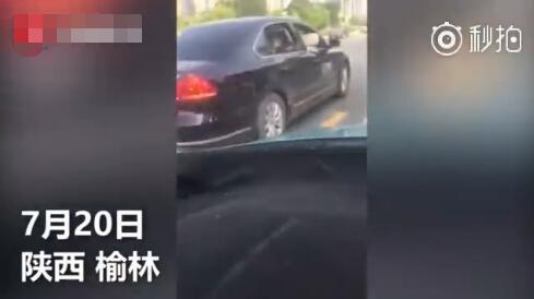 """[原创]陕西榆林一宠物狗乘公务车""""兜风"""" 官方回应(图)"""