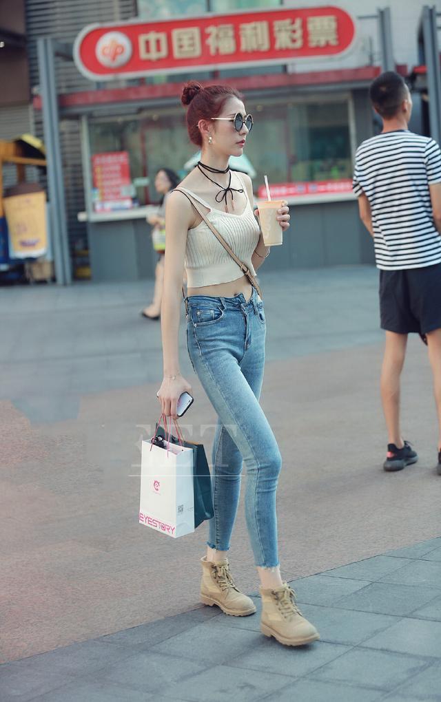 [原创]街拍:T恤搭配高跟鞋,美女的大长腿就是这样秀出来的(图)