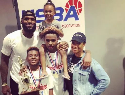 原创]詹姆斯两儿子拥有的恐怖篮球基因,在同周双双获得全国冠军(图)